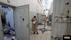 Warga Libya sedang memeriksa dokumen di penjara Abu Salim, penjara paling terkenal pada era rejim Gaddafi di Tripoli, Libya (27/8).