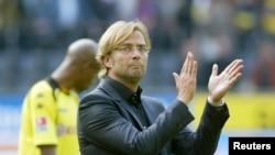 Jürgen Klopp frappe dans ses mains lors du match contre Bayern à Dortmund, le 12 septembre 2009.