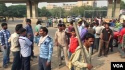 Kuli bangunan berkumpul di distrik bisnis Gurgaon dekat New Delhi, berharap mendapat pekerjan. (VOA/A. Pasricha)