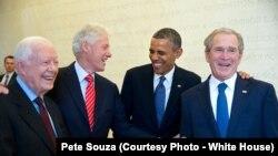 រូបឯកសារ៖ អតីតប្រធានាធិបតីសហរដ្ឋអាមេរិក ៤ រូបមើលពីឆ្វេងទៅស្តាំ រួមមានលោក Jimmy Carter លោក Bill Clinton លោក Barack Obama និងលោក George W. Bush ចូលរួមពិធីសម្ពោធសារមន្ទីរមួយ នៅទីក្រុង Dallas រដ្ឋ Texas កាលពីថ្ងៃទី ២៥ ខែមេសា ឆ្នាំ២០១៣។