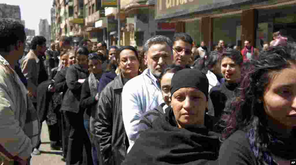 Mourners lined up for hours in Cairo to pay their last respects to the late Pope Shenouda. (VOA-E. Arrott)