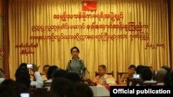 ေဒၚေအာင္ဆန္းစုၾကည္ အေႏွးယာဥ္လုပ္သားေတြနဲ႔ေတြ႔ဆံု။ သတင္းဓာတ္ပံု- NLD Chairperson.
