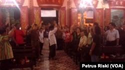 Sejumlah ormas lintas agama dan etnis di Jawa Timur menolak upaya penghancuran patung Kwan Kong di klenteng Tuban (VOA/Petrus Riski)