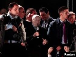 ທ່ານ Beji Caid Essebsi (ກາງ) ຜູ້ນຳພັກ Nidaa Tounes ທີ່ຕໍ່ຕ້ານອິສລາມ ກ່າວຖະແຫລງຢູ່ນອກສຳນັກງານໃຫຍ່ ທີີ່ນະຄອນຫລວງຕູນິສ, ວັນທີ 21 ທັນວາ 2014.