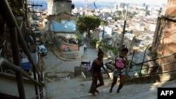 Des habitants des favelas à Rio de Janeior, le 17 août 2012.
