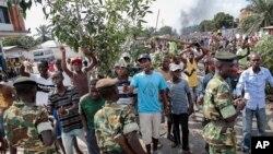 Des manifestants, branches d'arbres en main,font face aux soldats dans le district de Mutarakura, près de Bujumbura, Burundi, mai 2015.