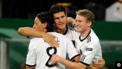 Mesut Özil (solda) Alman milli takımındaki arkadaşları Gomez ve Schürlle ile