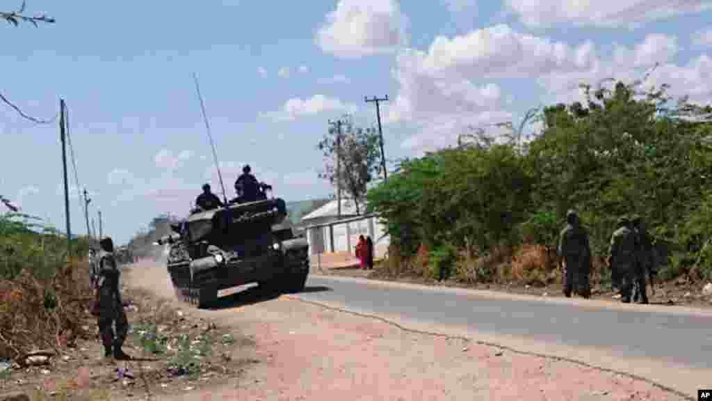 Un char de l'armée kenyane et des soldats kenyans font mouvement vers l'université de Garissa, au Kenya, jeudi 2 avril 2015.