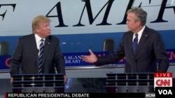 Jeb Bush (derecha) enfrenta a Donald Trump directamente en el segundo debate presidencial realizado el miércoles por la noche en California.