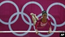 """Pesenam AS, Gabrielle Douglas, saat beraksi di atas palang bertingkat untuk nomor pertandingan senam """"all-around"""" perorangan putri Olimpiade London 2012 (2/8). Gabby akan bertanding untuk nomor palang bertingkat di hari ke-11 Olimpiade hari ini, Senin (6/"""