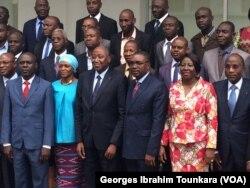 Photos de famille après la signature des accords à Abidjan, en Côte d'Ivoire, le 17 août 2017. (VOA/Georges Ibrahim Tounkara)