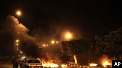 2011年8月22号激进分子在北西奈一个燃料库入口处放火设置路障(资料照)