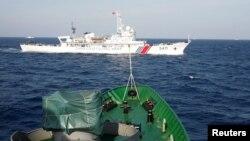 Tàu hải cảnh TQ (ở trên) trực diện với tàu cảnh sát biển Việt Nam ở Biển Đông, cách bờ biển VN 210 km, ngày 14/5/2014