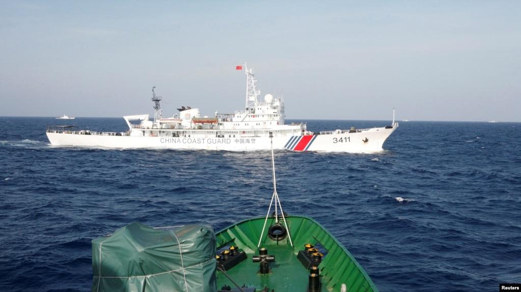 在离越南海岸210公里的南中国海上,从一艘越南海岸警卫队的船上看附近的中国海警船。(2014年5月14日)(photo:VOA)
