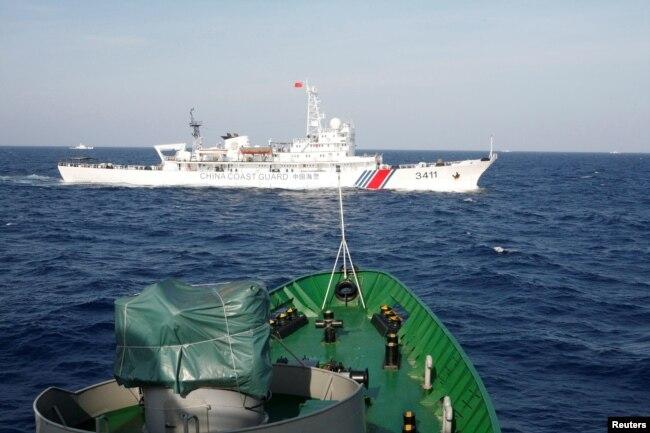 Các tàu cảnh sát biển VN và TQ vờn nhau ở Biển Đông hồi tháng 5/2014