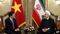 하산 로하니 이란 대통령이 14일 테헤란을 방문한 쯔엉떤상 베트남 국가주석과 만나고 있다.