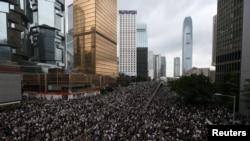6月12日星期三,大批香港民眾走上街頭反《逃犯條例》