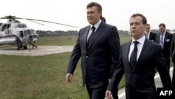 Tổng thống Ukraina Viktor Yanukovych, trái, và Tổng thống Nga Dmitry Medvedev
