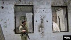 Seorang tentara Pakistan siaga di pos pemeriksaan di wilayah kesukuan Dir yang baru diserang para militan Taliban (3/6).