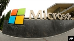 Logo Microsoft di komplek Microsoft Visitor Center di kota Redmond, negara bagian Washington (foto: ilustrasi).