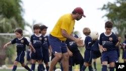 Mùa hè qua, khoảng 3.200 em học sinh đã tham gia bảy trại hè bóng đá do Barcelona mở ở miền đông Hoa Kỳ.