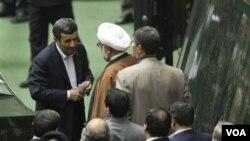 Presiden Mahmoud Ahmadinejad saat menyerahkan rancangan anggaran pemerintah kepada parlemen Iran (foto: 20 Februari).