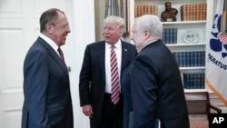Президент Дональд Трамп з міністром закордонних справ Росії Сергієм Лавровим та російським послом у США Сергієм Кисляком у Білому домі 10 трваня 2017