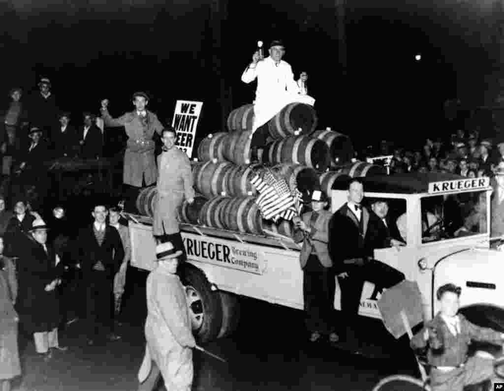 امروزدر تاریخ: سال ۱۹۳۲، تظاهرات ضد ممنوعیت الکل در ایالت نیوجرسی آمریکا. بیش از ۲۰ هزار نفر در این تظاهرات شرکت کردند و از دولت آمریکا خواستار لغو متمم هجدهم قانون اساسی آمریکا کردند. در آن متمم تولید و فروش مشروبات الکلی ممنوع اعلام شده بود. یکسال بعد کنگره آمریکا در متمم ۲۱، این محدودیت را برداشت. کامیونی که پشت سر معترضان است پر از آبجو است.
