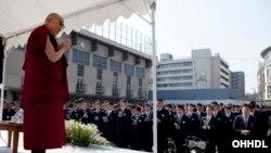 Một trong những lý do người Tây Tạng biểu tình là yêu cầu tự do tôn giáo và sự trở lại của nhà lãnh đạo tinh thần là Đức Đạt Lai Lạt Ma, người đã sống lưu vong kể từ năm 1959
