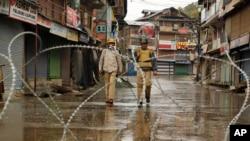 Polisi India berpatroli di Srinagar, wilayah Kashmir yang dikuasai oleh India, 19 Oktober 2015 (Foto: dok).