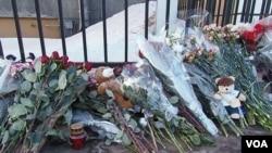 莫斯科美國大使館前俄鮮花(美國之音白樺拍攝)