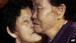 一对分离了60多年的姊妹重逢