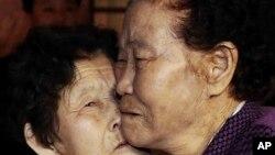 이산가족 1차 상봉행사 작별상봉에서 북측 이산가족 이춘선씨가 언니 이춘화(84.오른쪽)씨 볼에 입맞춤을 하고 있다.