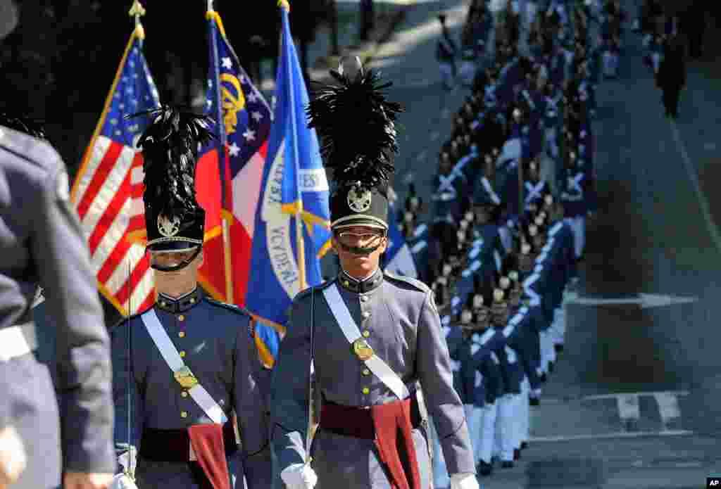 Para anggota Akademi Militer Riverside di Gainesville, Georgia., berbaris di Baker Street dalam acara tahunan Parade Hari Veteran ke-31 di Atlanta (10/11). (AP)