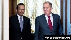 Menlu Rusia Sergey Lavrov (kanan) dan Menlu Qatar Sheikh Mohammed bin Abdulrahman bin Jassim Al-Thani memasuki aula, tempat berlangsunya pertemuan bilateral kedua negara di Moskow, Rusia, Sabtu, 10 Juni 2017. (AP Photo / Pavel Golovkin)