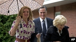 El matrimonio Romney y Nancy Marriot llegan a la iglesia el domingo 2 de septiembre en Wofeboro, New Hampshire.