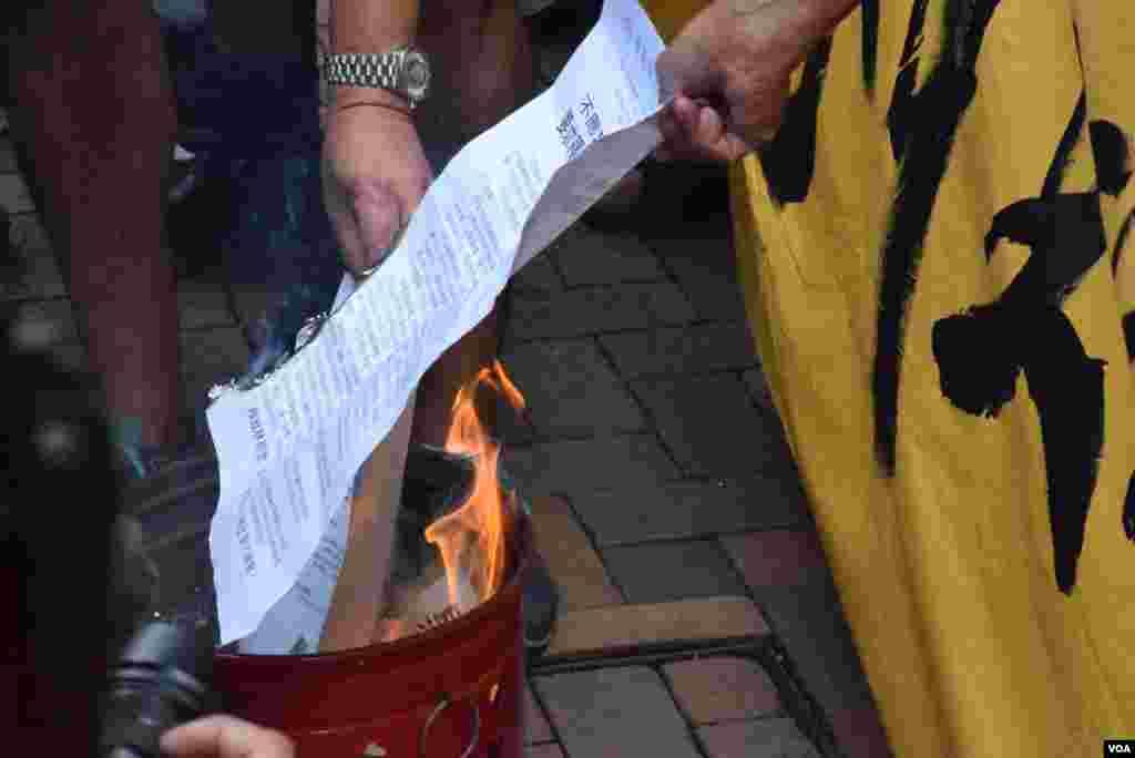 示威者焚燒遊行聲明 (美國之音 湯惠芸拍攝)