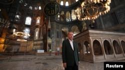 صدر ایردوان مسجد کا دورہ کرتے ہوئے۔