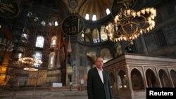 Presiden Turki Recep Tayyip Erdogan mengunjungi Hagia Sophia di Istanbul, Turki, 19 Juli 2020.