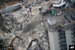 Foto udara gedung kondominium berlantai 12 yang roboh di Surfside, dekat Miami, Florida, hari Kamis (24/6).