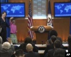 美国国务院女发言人纽兰在介绍小客人