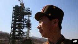 Tên lửa Unha-3 tại trạm phóng vệ tinh Sohae ở Tongchang-ri, Bắc Triều Tiên.