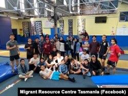 Anggota Remaja Multibudaya Tasmania menggelar aktifitas yang menyenangkan di Launceston, termasuk di antaranya sepak bola, senam, trampolin, dan bulu tangkis. (Photo: Facebook/Migrant Resource Centre Tasmania)