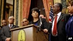 Walikota Baltimore Stephanie Rawlings-Blake berbicara di depan para pemimpin keyakinan dalam konferensi pers di Baltimore - 24 April 2015 - terkait kematian Freddie Gray.