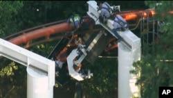 7일 미국 캘리포니아주 유명 놀이공원 식스플래그 매직마운틴에서 롤로코스터가 탈선해 구조작업을 벌이고 있다.