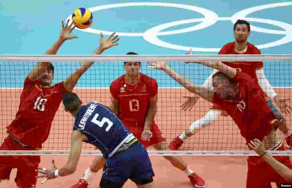 အမ်ိဳးသား Volleyball ၿပိဳင္ပြဲ အီတလီအသင္း နဲ႔ျပင္သစ္အသင္းတို႔ ကစားေနပံု