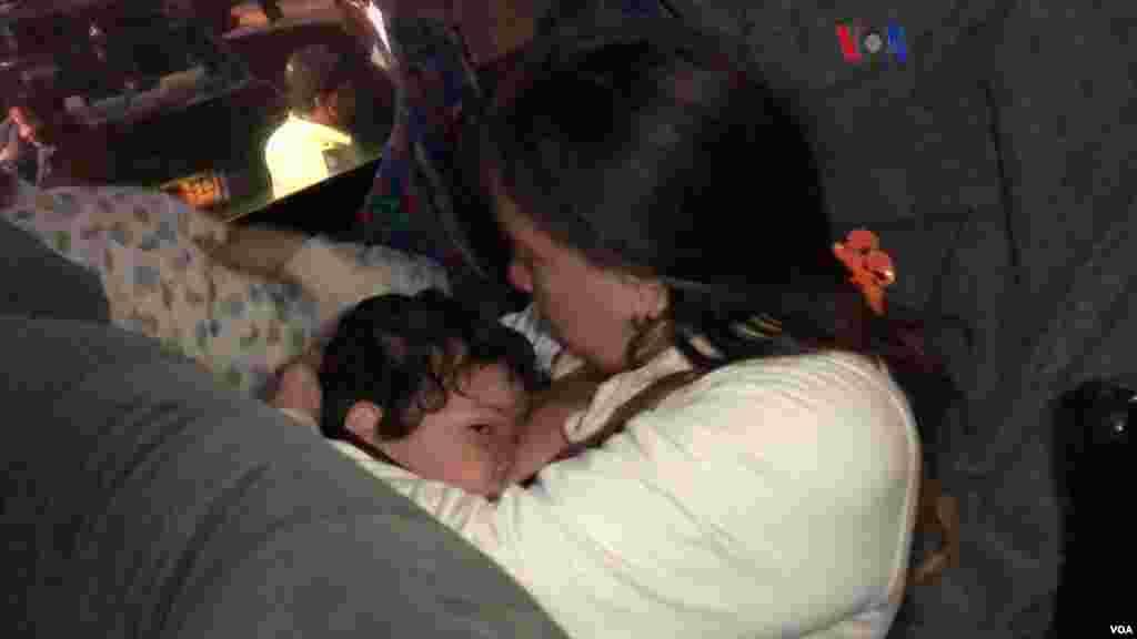 Niños, madres y mujeres embarazadas fueron los primeros en entrar en los vehículos. (Foto: Celia Mendoza/VOA)