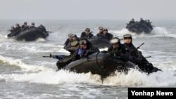 10일 강화도 하일리 해안에서 열린 미한 해병대 연합 해상침투훈련에서 장병들이 상륙 기습 고무보트를 이용해 상륙해안으로 기동하고 있다.