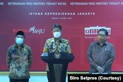 Menteri Kesehatan Budi Gunadi Sadikin (tengah) didampingi Menko Perekonomian Airlangga Hartarto (kanan), dan Menko bidang Pembangunan Manusia dan Kebudayaan (PMK) Muhadjir Effendy (kiri) dalam telekonferensi pers di Istana Kepresidenan, Jakarta, Senin, 5