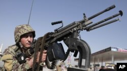 Binh sĩ Afghanistan trong cuộc tuần tra gần một đền thờ trong dịp lễ Eid al-Adha ở vùng ngoại ô Jalalabad, ngày 26/10/2012